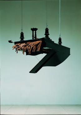 """Rebecca Horn, """"Concert for Anarchy"""", 1990, Konzertflügel, Hydraulikkolben und Kompressor 150 x 106 x 155,5 cm Sammlung Tate (London) Foto: Attilio Maranzano © Rebecca Horn, Bildrecht Wien, 2021"""