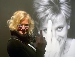 "Alison Jackson vor ihrer Arbeit ""Diana Finger Up"" © Peter Coeln"