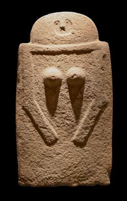 Moncigoli I,  Weibliche Stele mit U-förmigem Gesicht, Brüsten und Armen. Sandstein. 3000–2000 v. Chr. Italien, Toskana, Fivizzano.  © Angelo Ghiretti, Museo delle Statue Stele Lunigianesi