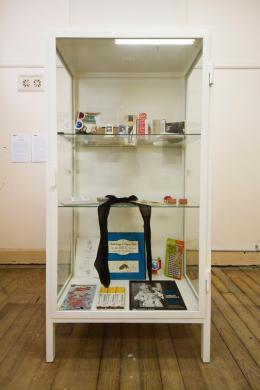 """Sophie Calle, """"Birthday Ceremony (1986)"""", 1980–1993, Vitrine mit persönlichen Objekten, 170×85×48cm, Arndt Collection © Sophie Calle und Bildrecht, Wien 2020"""