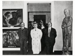"""Joseph Goebbels auf der Ausstellung """"Entartete Kunst"""" in Berlin, Februar 1938, links: """"Die Sünderin""""; © Zentralarchiv - Staatliche Museen zu Berlin. © für die Werke von Emil Nolde bei Nolde Stiftung Seebüll"""