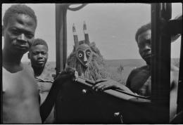 Maske und Auto. Hans Himmelheber, Kongo, 1938. SW-Negativ; © Museum Rietberg, Geschenk Erbengemeinschaft Hans Himmelheber