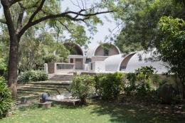 Außenansicht auf Doshi's Architekturbüro: »Sangath Architect's Studio«, Ahmedabad, 1980 © Iwan Baan 2018