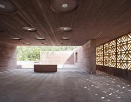 Bernardo Bader, Islamischer Friedhof, Altach, 2007–2012, Blick auf die ornamentale Holzwand und den Innenhof © Foto: Adolf Bereuter
