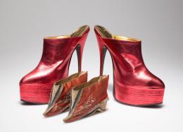 """""""Rucke di guh, Blut ist im Schuh"""" Schuhe für Lotosfüße, um 1900 Plateau-Heels, 1989 © Münchner Stadtmuseum"""