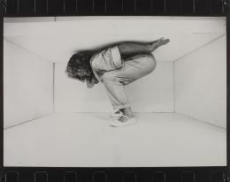Margot Pilz: TROTZ-DEM, 1983. Aus der Serie Weiße Zelle. Silbergelatineabzug montiert auf Karton (Leporello); Fotosammlung des Bundes am Museum der Moderne Salzburg, Ankauf 1986. © Margot Pilz / Bildrecht, Wien, 2019
