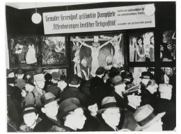 """""""Das Leben Christi"""" (1911/12) auf der Ausstellung """"Entartete Kunst"""" in Berlin, ab 26. Februar 1938; © Zentralarchiv - Staatliche Museen zu Berlin. © für die Werke von Emil Nolde bei Nolde Stiftung Seebüll"""