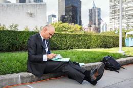 Bundespräsident Alain Berset sieht am 26. September 2018 während einer Pause der UNO-Vollversammlung in New York Notizen durch. Aufgrund des Schnappschusses werden Berset in den sozialen Medien Bescheidenheit und Dienstbeflissenheit zugeschrieben.  © Swiss Press Photo / Peter Klaunzer