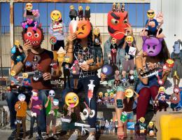 Olaf Breuning: Emojis, 2014. C-print/Fototapete, Masse variabel; Courtesy der Künstler. © 2019 Studio Olaf Breuning