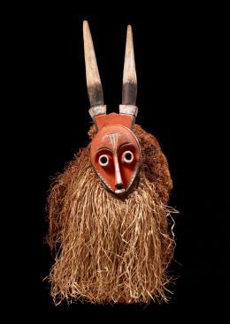 Maske mit Hörnern. Künstler der Pende-Region, Kongo, vor 1939. Holz, bemalt, Pflanzenfasern, 67 x 29 x 36 cm; © Museum Rietberg Zürich, Geschenk Barbara und Eberhard Fischer