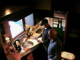 Architekt und Hausmeister in der Küche (© MPS)