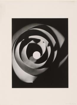 Man Ray: Rayografie, 1921–1928. Fotogramm, Silbergelatinepapier, Abzug 1963; © Staatliche Museen zu Berlin, Kunstbibliothek. © Man Ray Trust, Paris / VG Bild-Kunst, Bonn 2019