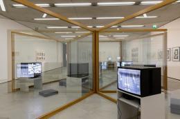 Dan Graham New Design for Showing Videos, 1995 (Neues Design für das Zeigen von Videos) Sammlung Generali Foundation – Dauerleihgabe am Museum der Moderne Salzburg
