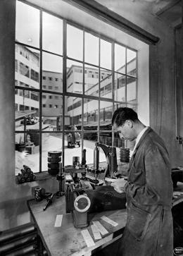 Feinmechaniker bei der Arbeit, Maag Zahnräder AG, Hardstrasse 219, Fotografie um 1940