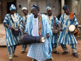 Meistertrommler Lamidi Ayankunle mit Mitgliedern seiner Familie in Erin-Osun, NIgeria. Foto (c) Debra KLaine 2005