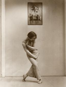 Rosalia Chladek im Vorraum zum Festsaal der Schule Hellerau für Rhythmus, Musik und Körperbildung, Dresden, 1925, Foto: Anonym,  Theatermuseum © KHM-Museumsverband
