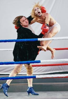 Akrobatischer Boxkampf mit Mirco Kreibich (Ein Schuldknecht) © Salzburger Festspiele/ Matthias Horn)