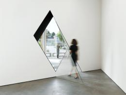 Sarah Oppenheimer: 33-D, 2014. Aluminium, Glas und Architektur (hier: Kunsthaus Baselland). © Sarah Oppenheimer; © Foto: Serge Hasenböhler