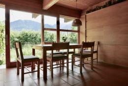Auch Tisch und Sessel sind vom Architekten designt. (© MPS)