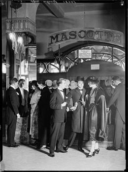 Modeaufnahme für PKZ (Paul Kehl Zürich) in der Garderobe der Mascotte-Bar im Haus Corso an der Theaterstrasse, Fotografe Johannes Meiner, 1922