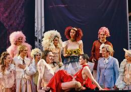 Die Tischgesellschaft: Jedermann und die Buhlschaft Verena Altenberger © Salzburger Festspiele/ Matthias Horn)