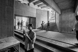 Offene Eingangshalle auf unterschiedlichen Ebenen: »School of Architecture«, CEPT Universität, Ahmedabad, 1966-68. © Courtesy of Vastushilpa Foundation, Ahmedabad; Foto: Vinay Panjwani – India