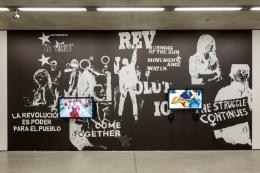 Marinella Senatore Protest Forms, 2017 (Protestformen) Schwarz-Weiß-Vinyltapete; Palermo Procession, 2018 (Palermo Prozession) Video; The School of Narrative Dance: Ecuador, 2014 (Die Schule des Narrativen Tanzes: Ecuador) Video Alle: Im Besitz der Künstlerin