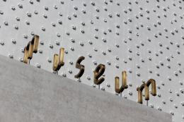Cukrowicz Nachbaur Architekten, vorarlberg museum, Bregenz, 2007–2012, Fassadendetail mit Schriftzug und charakteristischer Struktur aus unterschiedlichen Flaschenböden © Foto: Hanspeter Schiess