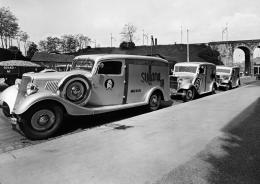 Fahrzeugflotte mit Werbung für die lokal produzierte Zigarettenmarke Sullana (Beer & Cie) vor der Fabrik am Sihlquai 268, Fotografie Gottfried Gloor, o. J.