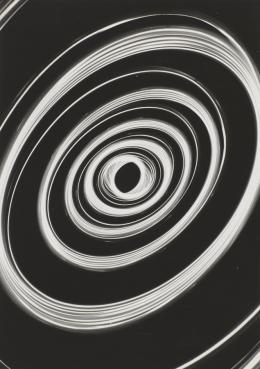 Gérard Ifert, Pendule, 1952, Silbergelatine-Abzug, Donation Gérard Ifert 2018, Centre Pompi- dou, Paris, Musée national d'art moderne – Centre de création industrielle, © Centre Pompi- dou, MNAM-CCI, Audrey Lauranst, Dist. RMN-GP