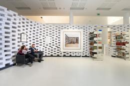 Ein Sofa in der Ausstellung lädt zum Verweilen und Lesen.  © Wolfgang Lackner