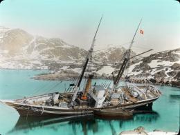 """Das Expeditionsschiff """"Fox"""" unter Schweizer Flagge an der grönländischen Küste, 1912. © ETH Bibliothek, Bildarchiv"""