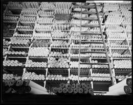 Regal mit Tapetenrollen, Geschäft der Salberg & Co, Tapeten und Wandstoffe an der Fraumünsterstrasse 8, Fotografie Johannes Meiner 1933