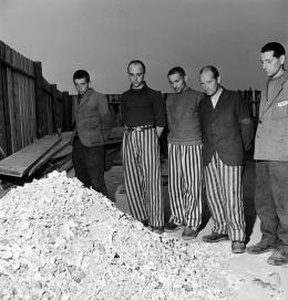 Lee Miller, Released prisoners in striped prison dress beside a heap of bones from bodies burned in the crematorium, KZ Buchenwald, 1945, © Lee Miller Archives England 2020. Alle Rechte vorbehalten. www.leemiller.co.uk