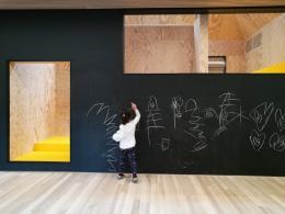 Matthias Hein, Kinderhaus, Kennelbach, 2017–2019, bemalbare Wände des Hauses im Haus © Architekturzentrum Wien, Sammlung