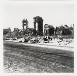 Christian Borchert, Neumarkt, Ruine der Frauenkirche, 1955, Silbergelatineabzug 22,6 x 23 cm, Staatliche Kunstsammlungen Dresden, Kupferstich-Kabinett © Slub Dresden / Deutsche Fotothek