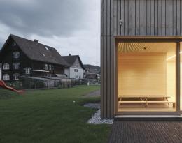Matthias Hein, Kinderhaus, Kennelbach, 2017–2019, der markante Holzbau des Kinderhauses in ländlicher Umgebung © Foto: David Schreyer