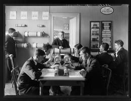 Präsentation der Rechenwalzen der Zürcher Loga Calculator AG in den Büros am Bahnhofplatz, Fotografie Johannes Meiner 1923