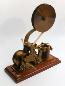 Mit diesem Morsegerät wurde 1912 über Codes kommuniziert.  © Tiroler Landesmuseen