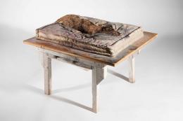 Adolf Frohner, Matratzenobjekt, um 1963, Stoff, Matratze, Holz, Sammlung Museum der Moderne Salzburg © Museum der Moderne Salzburg, Foto: Hubert Auer