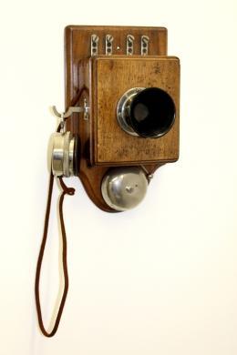 Ein Meilenstein in der Geschichte der Telekommunikation ist das Haustelefon, das um 1900 verwendet wurde.  © Tiroler Landesmuseen