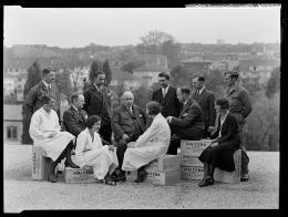Belegschaft und Direktor der Corn Products Company, platziert auf leeren Maizenakisten auf dem Flachdach der Büro- und Lagerräumlichkeiten bei der Kornhausbrücke, Fotografie Johannes Meiner 1933