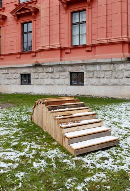 Matthias Krinzinger, Stairway to Heaven, Holztreppe, Skulptur im Außenraum, courtesy of the artist. Ausstellungsansicht Petition, Salzburger Kunstverein 2019, Foto: Andrew Phelps, © Salzburger Kunstverein