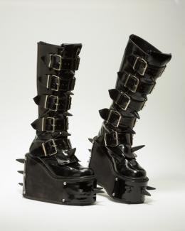 """""""Eine stachelige Angelegenheit"""" Cyber-Gothic-Boots """"Demonia Transformer"""", 2005 © Münchner Stadtmuseum"""