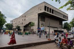 Außenansicht der Konzerthalle: »Premabhai Hall«, Ahmedabad, 1976. © Courtesy of Vastushilpa Foundation, Ahmedabad; Foto: Vinay Panjwani – India