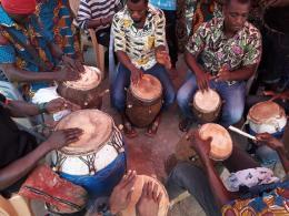 Trommler der Nutifafa Bɔbɔɔbɔ Group aus Kpando bei einer performance in Dzolo-Kpuita in der Volta Region Ghanas, December 2018. Foto © Eyram Fiagbedzi 2018