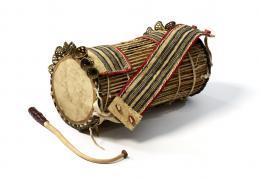 Dùndún-Trommel der Yorùbá, Sammlung Ulli Siebenborn / drummuseum.com. Foto (c) Völkerkundemuseum der Universität Zürich (Kathrin Leuenberger) 2019.