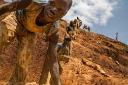 """Internationaler Wettbewerb """"Unicef-Foto des Jahres"""", Demokratische Republik Kongo: Der Preis des Fortschritts, Marcus Bleasdale, 2013, ehrenvolle Erwähnung © 2013 Marcus Bleasdale. All Rights Reserved"""