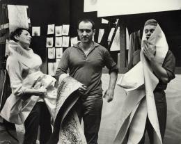 Eva Aeppli, Jean Tinguely und Per Olof Ultvedt mit Méta-Matic-Zeichnungen, Atelier Impasse Ronsin, Paris, 1959, Foto: Hansjörg Stoecklin