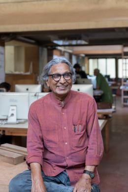 Balkrishna Doshi in seinem Büro: »Sangath Architect's Studio« Ahmedabad, 1980. © Iwan Baan 2018